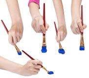 Insieme delle mani con i pennelli di arte con le punte blu Fotografia Stock Libera da Diritti
