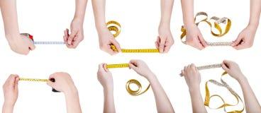 Insieme delle mani femminili con nastri adesivi di misurazione Fotografia Stock Libera da Diritti