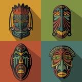 Insieme delle maschere tribali etniche africane sul fondo di colore Fotografia Stock Libera da Diritti