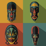 Insieme delle maschere tribali etniche africane sul fondo di colore Fotografia Stock