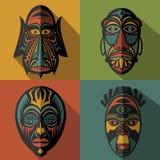 Insieme delle maschere tribali etniche africane sul fondo di colore Fotografie Stock Libere da Diritti