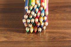 Insieme delle matite colorate, fondo di legno Fotografia Stock