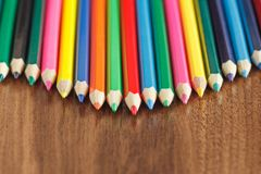 Insieme delle matite colorate, fondo di legno Immagine Stock Libera da Diritti