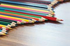 Insieme delle matite colorate, fondo di legno Immagini Stock Libere da Diritti