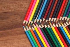 Insieme delle matite colorate, fondo di legno Immagini Stock