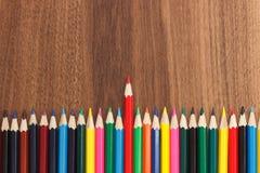 Insieme delle matite colorate, fondo di legno Fotografie Stock Libere da Diritti