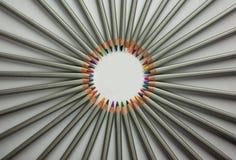 Insieme delle matite colorate isolate contro i precedenti bianchi Raggi delle matite Vista superiore, fine su fotografia stock