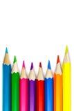 Insieme delle matite colorate su un fondo bianco, disposizione concava Fotografia Stock