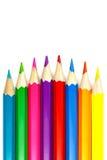 Insieme delle matite colorate su un fondo bianco, disposizione convessa Fotografia Stock