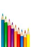 Insieme delle matite colorate su un fondo bianco, disposizione dell'onda Immagini Stock Libere da Diritti