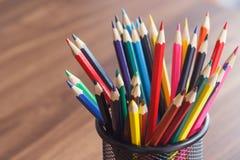 Insieme delle matite colorate sui precedenti di legno Fotografia Stock