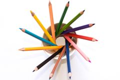 Insieme delle matite colorate in un vetro su un fondo bianco Il vi fotografie stock libere da diritti