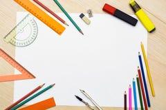 Insieme delle matite, degli eraser, dei post-it e di altri rifornimenti utili per il banco C'è un foglio bianco concentrato per s illustrazione vettoriale