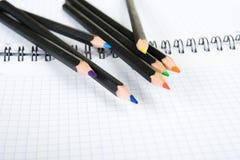 Insieme delle matite di colore e del scrittura-libro del banco Fotografia Stock Libera da Diritti