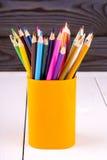 Insieme delle matite di legno colorate in vetro di plastica giallo Immagine Stock