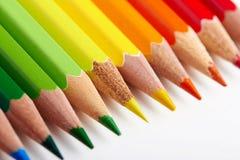 Insieme delle matite multicoloured che si trovano sulla tavola bianca Immagini Stock Libere da Diritti