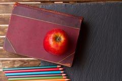 Insieme delle matite variopinte sul bordo nero Fotografia Stock