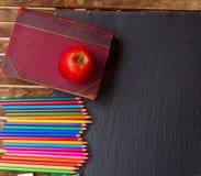 Insieme delle matite variopinte sul bordo nero Immagine Stock Libera da Diritti