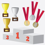 Insieme delle medaglie e della tazza per i premi. Immagine Stock Libera da Diritti