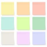 Insieme delle note appiccicose pastelli e variopinte in bianco isolate su bianco Immagini Stock