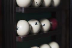Insieme delle palle da biliardo sullo scaffale, un angolo Fotografia Stock