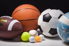 Insieme delle palle di Wilson sul fondo bianco della tavola Immagine Stock