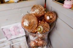 Insieme delle palle sveglie dell'albero di Natale nei toni dorati Fotografia Stock