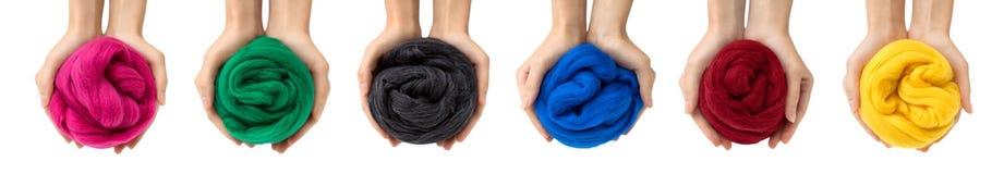 Insieme delle palle variopinte della lana merino in mani, collage immagine stock libera da diritti