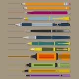 Insieme delle penne e degli indicatori delle matite Fotografie Stock Libere da Diritti