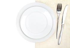 Insieme delle posate o dell'argenteria della forcella, del coltello e del piatto sull'asciugamano Fotografie Stock
