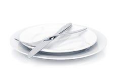Insieme delle posate o dell'argenteria della forcella e del coltello sopra i piatti Fotografia Stock