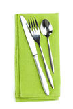 Insieme delle posate o dell'argenteria della forchetta, del cucchiaio e del coltello sull'asciugamano Immagine Stock
