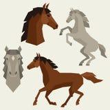 Insieme delle pose differenti dei cavalli nello stile piano royalty illustrazione gratis