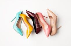 Insieme delle scarpe colorate del ` s delle donne su fondo bianco Immagini Stock Libere da Diritti