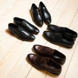 Insieme delle scarpe di cuoio degli uomini nell'esposizione del negozio Immagini Stock