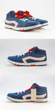 Insieme delle scarpe di sport con i pizzi rossi su un fondo bianco Fotografia Stock Libera da Diritti