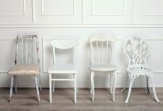 Insieme delle sedie d'annata di legno bianche Fotografia Stock