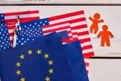 Insieme delle siluette di carta delle bandiere, dell'uomo e della donna Immagini Stock Libere da Diritti