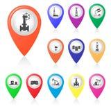 Insieme delle siluette di industria petrolifera negli indicatori della mappa Immagini Stock