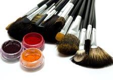 Insieme delle spazzole dell'estetica e delle ombre di occhio Fotografia Stock Libera da Diritti