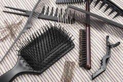 Insieme delle spazzole per i capelli, delle forcelle e dei bastoni differenti dei capelli Fotografia Stock