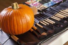 Insieme delle spazzole per trucco di Halloween con la zucca Immagini Stock Libere da Diritti