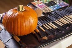 Insieme delle spazzole per trucco di Halloween con la zucca Fotografia Stock Libera da Diritti