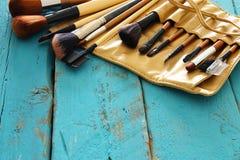 Insieme delle spazzole professionali di trucco sulla tavola di legno Fotografia Stock Libera da Diritti