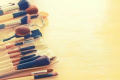 Insieme delle spazzole professionali di trucco sulla tavola di legno Fotografie Stock