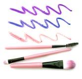 Insieme delle spazzole rosa di trucco con la traccia del rossetto isolata su fondo bianco Fotografie Stock