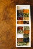 Insieme delle spezie differenti (pepe, sale, curcuma, foglie della baia, peperoncino rosso, erbe) Fotografia Stock