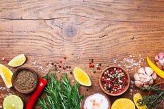 Insieme delle spezie e dei rosmarini freschi sulla vista superiore del tavolo da cucina di legno Ingredienti per cucinare Priorit Immagini Stock