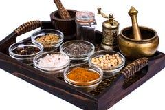Insieme delle spezie e dei semi dei legumi in muffe di vetro sul vassoio Fotografia Stock
