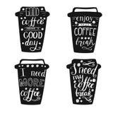 Insieme delle tazze di caffè nero con iscrizione Immagini Stock